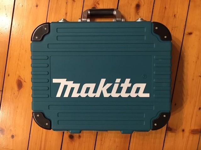 Der stabile Werkzeugkoffer des Makita P-90532 Sets